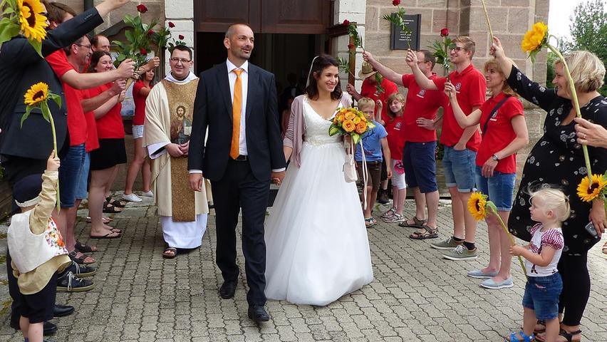 Zusammen mit ihren Hochzeitsgästen sind Michael Schäfer aus Freystadt und seine Frau Raphaela (geborene Groetsch) aus Mörsdorf in die Freystädter Wallfahrtskirche gekommen. Die Brautmesse zelebrierte Pater Bartimäus vom Freystädter Franziskanerkloster. Dazu sang der Mörsdorfer Chor. Nach der Trauung grüßten die Mitglieder der Mörsdorfer Wasserwacht und die Arbeitskolleginnen des Bräutigams von der Tagesstätte Auhof mit einem Spalier. Sie machten auch ihre Scherze mit dem Brautpaar. Zur anschließenden Hochzeitsfeier luden die Industriekauffrau und der Sozialpädagoge in ein Gasthaus nach Obermässing. Die Eheleute wohnen zusammen mit ihren beiden Kindern Frida und Luis im Elternhaus des Bräutigams in Freystadt.