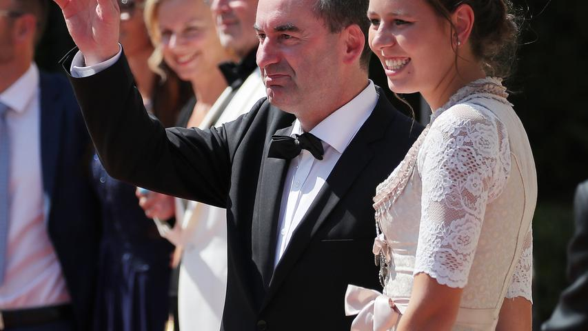 Bayerns stellvertretender Ministerpräsident Hubert Aiwanger (Freie Wähler) hat die Hallertauer Hopfenkönigin Katharina Maier als Begleitung dabei.
