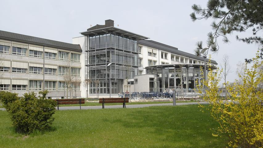Im vergangenen Jahre feierte das Krankenhaus in Neustadt/Aisch 60-jähriges Bestehen. Neben dem Haus in Bad Windsheim gehört es zum Kommunalunternehmen des Landkreises. 2010 wurde in Neustadt/Aisch der OP-Trakt neu gebaut. In knapp unter 200 Betten werden Patienten in drei Medizinischen Kliniken und Fachabteilungen betreut.