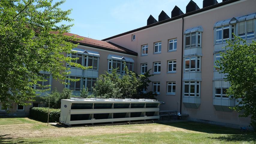 Die Klinik Rothenburg o. d. Tauber gehört zum Krankenhausverbund ANregiomned mit Sitz in Ansbach. Dieser Standort verfügt über die Fachabteilungen Innere Medizin, Elektrophysiologie, Chirurgie, Geburtshilfe, Intensivmedizin, Radiologie und Urologie.