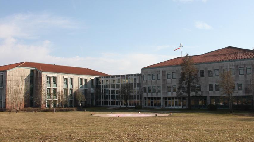 Die Zahl der Fachabteilungen der Klinik Dinkelsbühl (Kreis Ansbach) ist lang. Dazu gehören Innere Medizin, Unfallchirurgie, Gynäkologie oder  Intensivmedizin. Auch eine sogenannte Stroke Unit mit Spezialisten für Schlaganfallpatienten gehört dazu. Das Haus ist Teil des Verbunds ANregiomed mit Sitz in Ansbach.