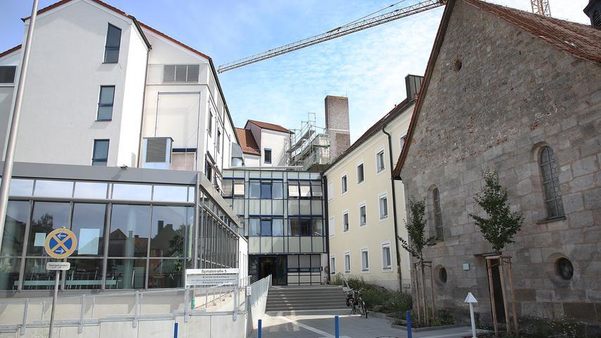 Träger der Einrichtung ist der Landkreis Erlangen-Höchstadt. Sie verfügt über die Hauptfachabteilungen Innere Medizin und Chirurgie sowie die Belegabteilung Hals-Nasen-Ohrenheilkunde. St. Anna steht 24 Stunden an 365 Tagen im Jahr für die stationäre und auch ambulante Notfallversorgung zur Verfügung.