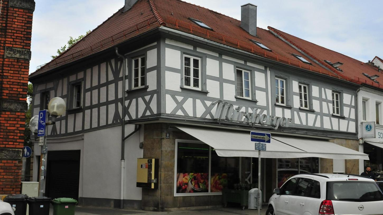 Im Haus Hornschuchallee 11, heute ein Laden für Obst und Gemüse, hatte Moses Moritz Zeiller im Jahr 1834 seinen Stoffladen eingerichtet.