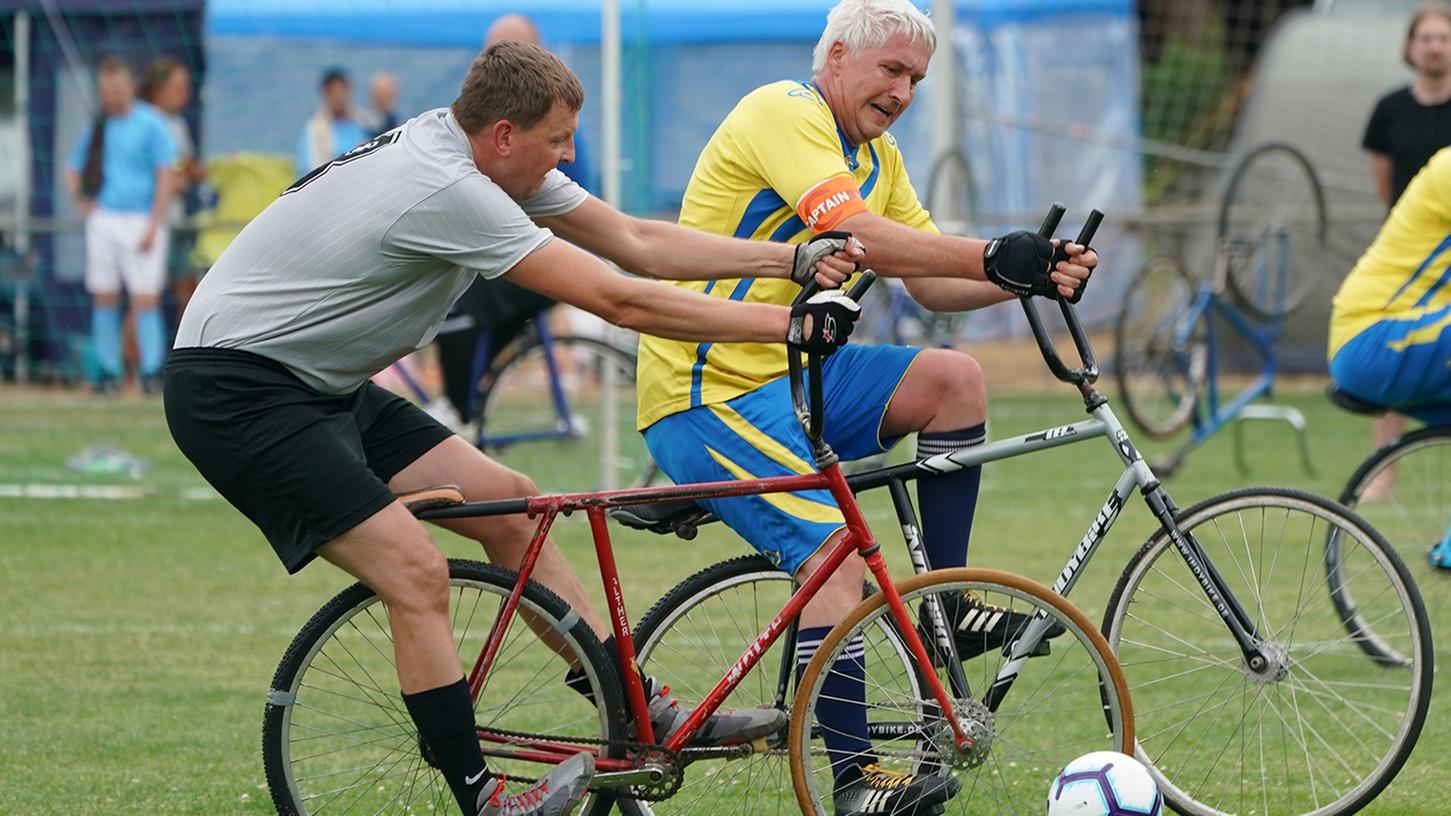 Rasen-Radball ist spektakulär: Der Ball darf mit dem Rad und dem Körper gespielt werden, Hände und Füße müssen aber am Gefährt bleiben.