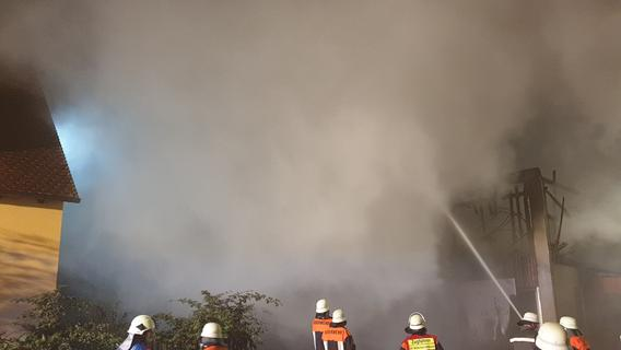 Rauch am Nachthimmel: Schwerer Scheunenbrand bei Windsbach
