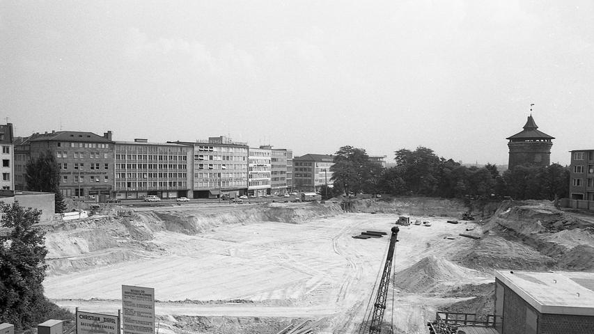 Noch in diesem Jahr wird mit dem 3. Untergeschoß des OPD-Neubaues am Rathenauplatz begonnen, Unser Bild zeigt die Baugrube, oben von Norden nach Süden gesehen.  Hier geht es zum Artikel vom 30. Juli 1969: Sechsspurig über den Rathenauplatz