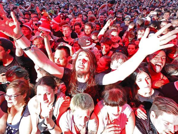 Fans im Feiermodus beim diesjährigen Rock im Park: Doch abseits der entspannten Bilder haben Frauen auf dem Festival männliche Übergriffe und Anmache auszuhalten. Bei anderen Veranstaltungen versuchen die Organisatoren längst, mit Konzepten gegen Gewalt und Sexismus dagegen vorzugehen.