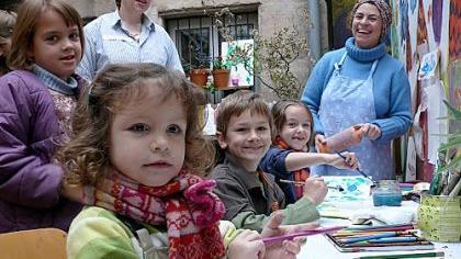 Carla (von links), Carlotta, Alexandros und Franziska haben viel Spaß beim Malen in der «Naturwerkstatt». Frauke Delatron (links) und Heike Murolo haben ein Auge auf die Nachwuchskünstler.