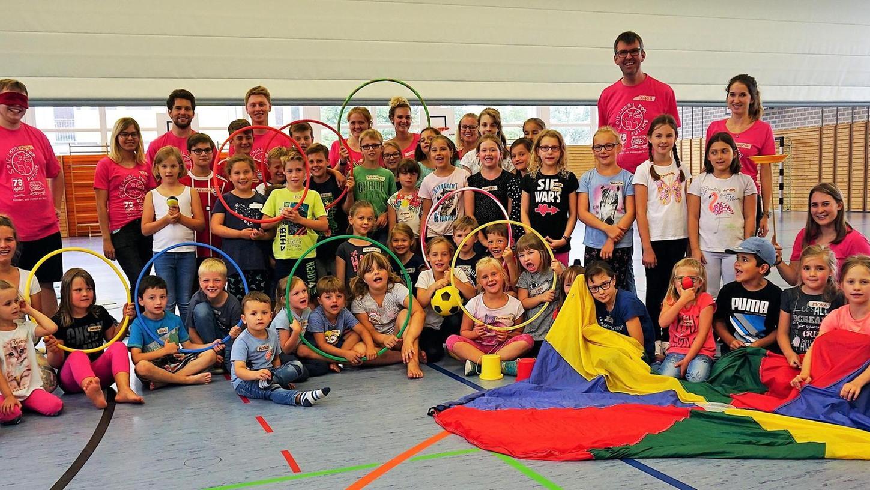 Viel Freude und Spaß hatten rund 50 Kinder beim Besuch des Spielmobils des Kreisjugendrings in der Labertalhalle in Deining. Sie konnten an diversen Workshops teilnehmen.