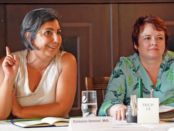 Gülseren Demirel, Abgeordnete der Grünen aus München, hier mit ihrer Nürnberger Kollegin Verena Osgyan in Zirndorf, kritisiert die bayerische Asylpolitik.
