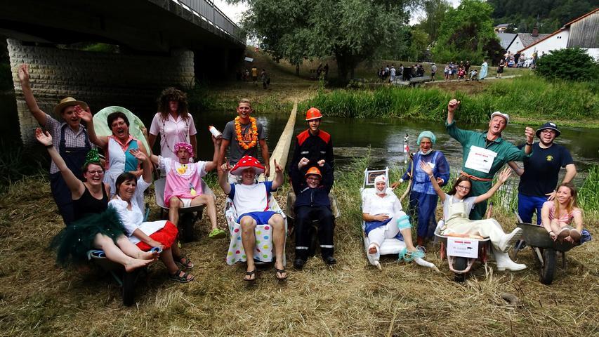Dorffest Dietfurt mit Schubkarren-Balancieren auf der Altmühl und Küchlebacken in der Dorfschule Foto: Siegfried Stadelbauer