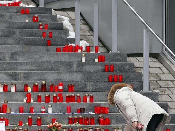 Zahlreiche Kerzen wurden nach dem Tod der Jungs auf der Treppe des Rathauses in Heroldsberg abgestellt. Dort lebten die Jugendlichen mit ihren Familien.