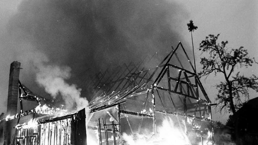 In Schutt und Asche sank vor 50 Jahren eine stattliche Scheune des Gast- und Landwirts Michael Arz in Nemschenreuth. Dank des Einsatzes zahlreicher Feuerwehren, unter ihnen auch die Pegnitzer Wehr mit zwei Tanklöschfahrzeugen, konnte wenigstens das angrenzende Wohngebäude gerettet werden. Auch Einsatzwagen des Zivilen Bevölkerungsschutzes waren vor Ort. Fachleute vermuteten, dass sich die in der Scheune gelagerten Heuvorräte selbst entzündet haben. Menschen und Vieh kamen bei dem Feuer nicht zu Schaden. Der Gesamtschaden wurde auf 70 000 Mark geschätzt.