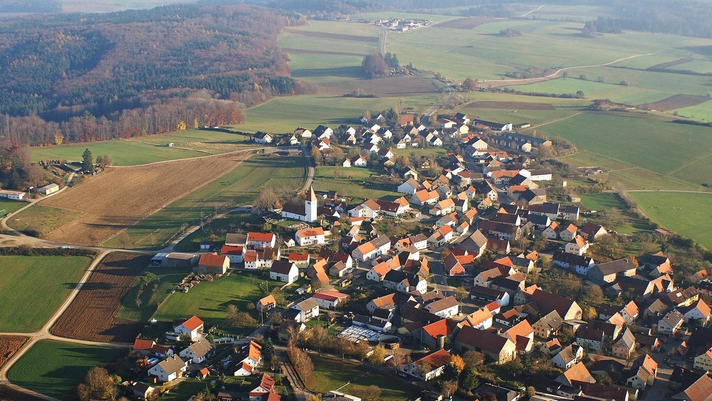 Auernheim, der höchstgelegenste Ort Mittelfrankens, hat eine jahrhundertealte Geschichte. Ein Kapitel dieser Historie schließt sich nun: Der Rechtlerwald wird aufgelöst, da er sich für die Rechteinhaber nicht mehr rentiert.
