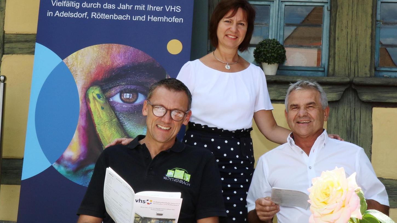Doris Kratz und die Bürgermeister Ludwig Wahl (links) und Ludwig Nagel stellten das neue vhs-Programm vor.