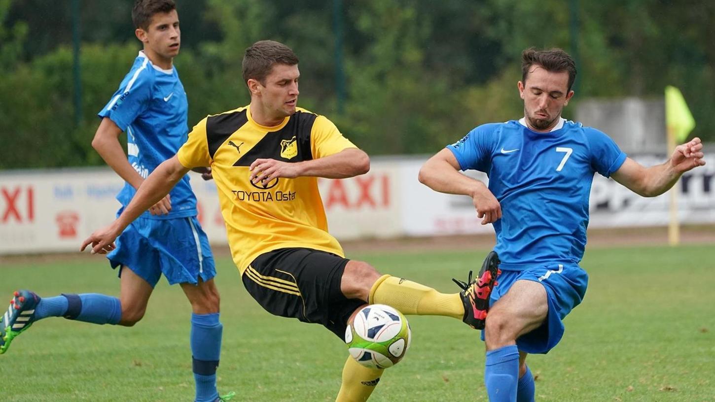 Hilpoltsteins Vigan Asani (Nummer 7) hat zum Bezirksliga-Debüt nicht nur die Härte der höheren Spielklasse gespürt, sondern auch Bekanntschaft mit den neuen Regeln gemacht, die zur Hälfte seine Ampelkarte bewirkten.
