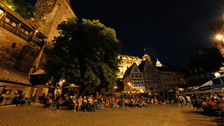 Der Tiergärtnertorplatz ist äußerst beliebt. Im Sommer kommen die Leute hier zusammen, um gemeinsam ein Gläschen zu trinken und den Abend ausklingen zu lassen.
