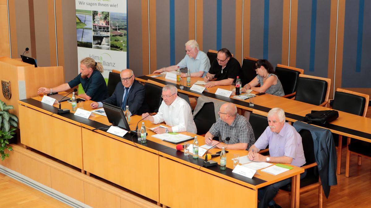 Am 26. Juli 2019 begrüßte Landrat Johann Kalb die geladenen kommunalen Vertreter aus der Klimaallianz Bamberg, sowie Akteure u.a. aus den Handlungsfeldern Forstwirtschaft, Landwirtschaft, Gesundheit und der Wasserwirtschaft zur ersten Informationsveranstaltung.