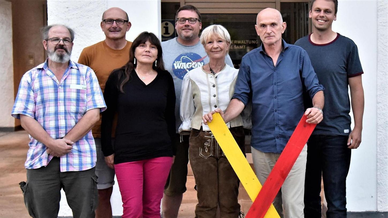 Das Kernteam um Sigrid Schindler (3.v.re.) bei der Gründung der Bürgerinitiative Mühlhausen gegen die Juraleitung P53 am Montagabend. Insgesamt trugen sich 125 Leute in die Liste ein.