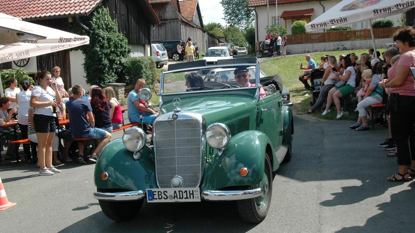Bei der Rundfahrt mit dabei war beispielsweise Andreas Dormann aus Wüstenstein, der mit seinem leuchtend grünen Mercedes Benz 170 OTP, Baujahr 1951, auch Sieger der Wertungsprüfung der Pkw wurde.