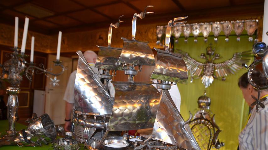 ...In Schwabach hat sich der Künstler, der sich gerne als ein Double des legendären Paul Bocuse, also Gott des guten Geschmacks, präsentiert, im Goldenen Saal mit seiner persönlichen Wunderkammer eingerichtet.