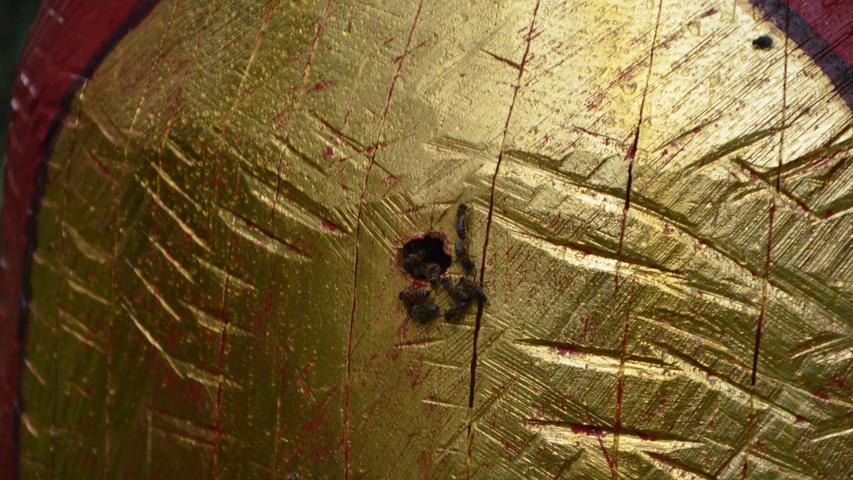 """...Die Kombination eines Kunstwerks mit einer Bienenherberge scheint ungewohnt und neu, doch tatsächlich existiert dieses Hybrid bereits seit Jahrhunderten in der Volkskunst. Heutzutage sind """"Figurenbeuten"""" fast ausgestorben, doch dank Birgit Maria Jönsson findet diese Idee nun an drei Stellen in der Schwabacher Innenstadt wieder Verbreitung."""