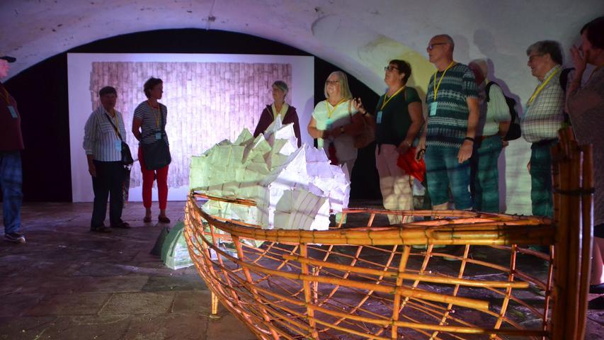 """Der aus Chile stammende und in Nürnberg lebende Künstler Pablo Lira Olmo ist auf ortung 11. mit zwei Kunstwerken vertreten. Mit dem Werk """"Was ist los?"""" zielt der Künstler darauf, ein stärkeres Bewusstsein für """"das Drama der Odyssee von Flüchtlingen"""" zu schaffen. Bei Geschichten aus der Norma handelt es sich um über 800 verkohlte Kaufbelege, die durch Stecknadeln an- bzw. untereinander gereiht wurden. Von vielen achtlos auf den Boden oder in den Müll geworfen, erzählt jeder einzelne eine Geschichte über den Käufer. Lira Olmo hat sowohl in Santiago de Chile, als auch in Nürnberg Kunst studiert."""