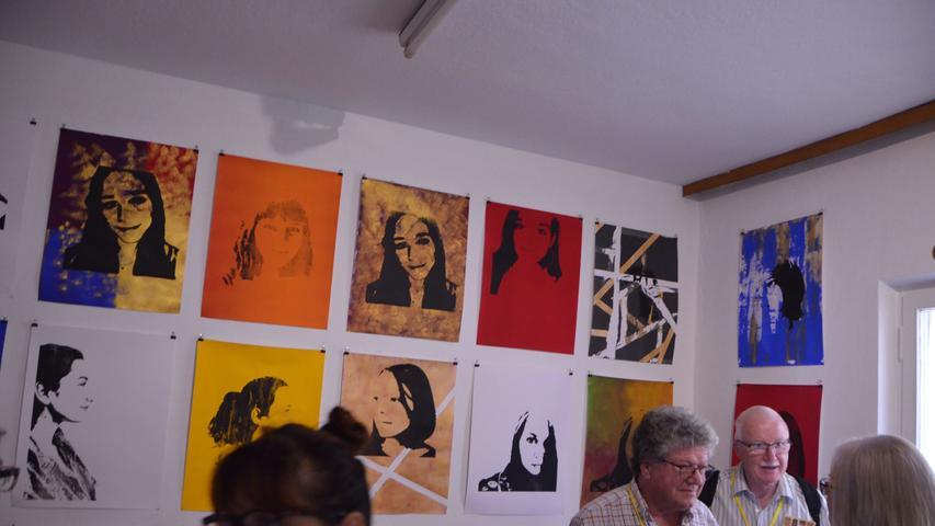 """Bereits im Vorfeld zu ortung 11. waren Jugendliche zwischen 14 und 17 eingeladen unter der Anleitung der Kunsthistorikerin Kerstin Bienert selbst ein Projekt zu den Schwabacher Kunsttagen zu entwerfen. Eine ehemalige Schlosserei diente dazu als Experimentier- und Kunstraum. Unter dem Motto """"Ich bin goldwert"""" präsentiert die Jugendkunstgruppe dort ihre Selfies im Siebdruckverfahren auf Goldgrund. Diese und auch ihre Rauminstallation """"Goldregen"""" erwecken die leerstehenden Räume zu neuem Leben."""