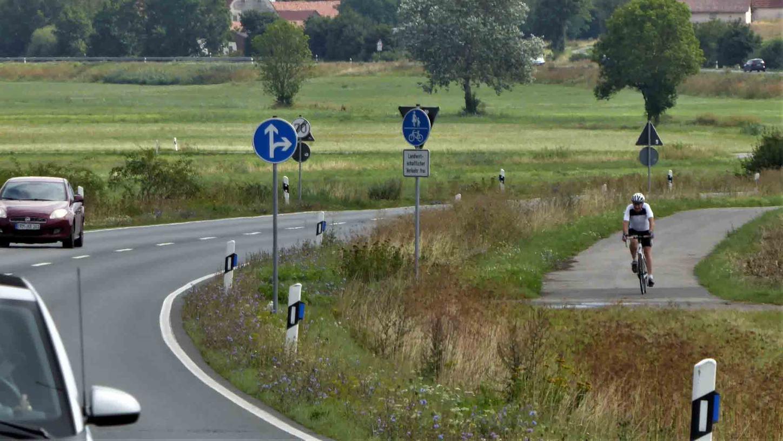 Mit einem Tempolimit und Hinweisen auf Radfahrer hat der Landkreis auf einen weiteren tödlichen Unfall an der Radwegquerung der B470 bei Pahres reagiert. Mehr als eine Übergangslösung kann das für MdL Gabi Schmidt nicht sein. Sie fordert seit 2018 eine