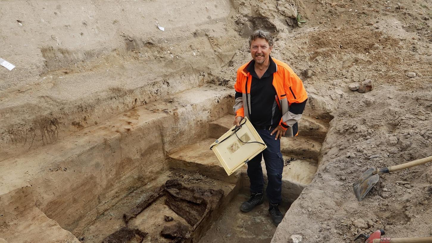 Seltener Fund: Grabungsleiter Leif Steguweit steht neben den Überresten eines Holzbrunnens aus der Urnenfelderzeit.