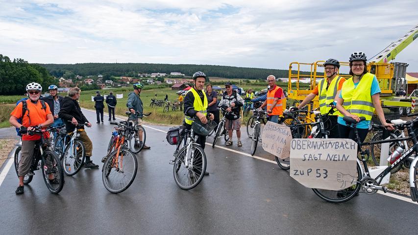 Nach der Kundgebung bei Gustenfelden schwang sich ein Teil der Besucher auch noch aufs Fahrrad, um einen Teil des geplanten Trassenverlaufs abzufahren.