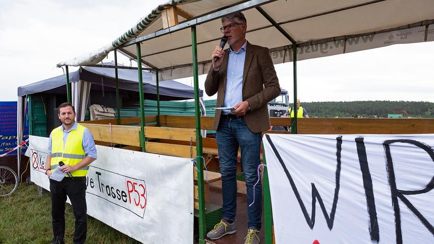 Einer der Redner bei der Kundgebung war Rainer Kleedörfer (rechts) von der N-ergie, der aus seinen Zweifel an der Notwendigkeit der Juraleitung keinen Hehl machte. Seiner Ansicht nach nutzt die 160 Kilometer lange Höchstspannungsleitung, die durch Mittelfranken, die Oberpfalz und Niederbayern führt, vor allem dem europäischen Stromhandel und nicht der Versorgungssicherheit in Bayern. Neben ihm steht Christian Strobl, der Sprecher der Bürgerinitiative