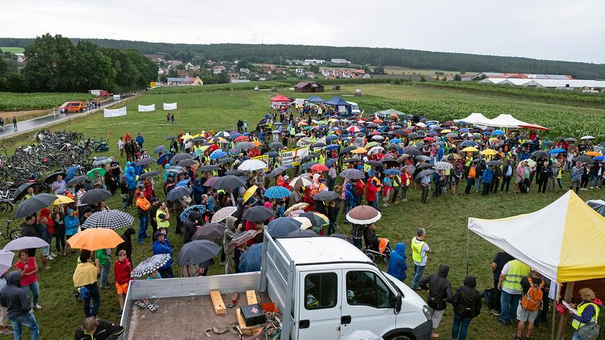 Zwischen Mais- und Getreidefeldern hatten die Organisatoren ein kleines Protestcamp aufgebaut. Unterstützt wurden sie dabei unter anderem von einigen heimischen Firmen, die zum Beispiel ihre Kräne zur Verfügung gestellt hatten.