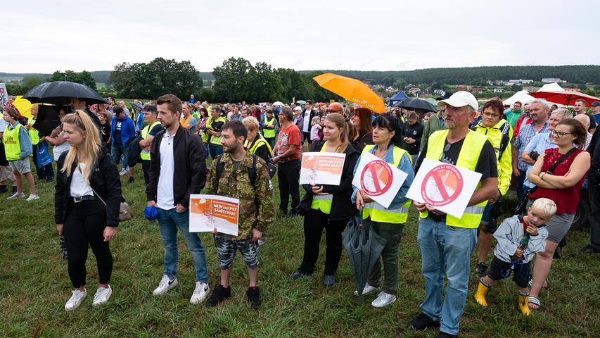 Hunderte Teilnehmer protestierten in Gustenfelden im Landkreis Roth gegen den geplanten Ersatzneubau der Stromtrasse P53. Auch die im benachbarten Büchenbach beheimatete Bürgerinitative