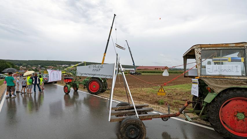 Viele Landwirte unterstützten den Aktionstag gegen die Juraleitung, indem sie ihre mit Protestplakaten behängten Traktoren in der Umgebung aufstellten.