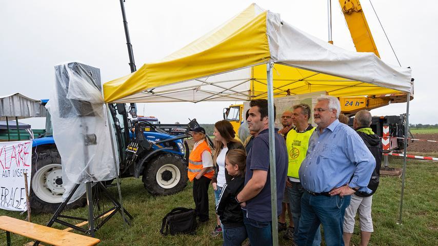 Auch eine ganze Reihe von Kommunalpolitikern war zu dem Aktionstag erschienen. Unter anderem Kammersteins Bürgermeister Walter Schnell (hellblaues Hemd), der vor Kurzem zusammen mit mehreren Bürgermeister-Kollegen eine Resolution gegen den Bau der Juraleitung verabschiedet hatte, demonstrierte seine Solidarität mit den protestierenden Bürgern.