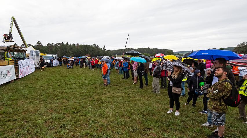 Regenschirme waren ein dringend nötiges Accessoire während der dreistündigen Kundgebung neben der Verbindungsstraße zwischen Gustenfelden und Oberreichenbach. Immer wieder öffnet der Himmel seine Schleusen, doch die Besucher harrten tapfer aus.