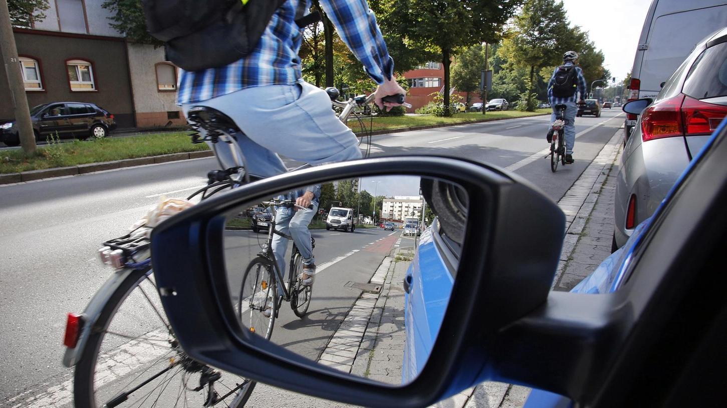 Gefährlich schmal sind die Radstreifen entlang der Welserstraße – vielleicht ein Grund, dass sich Fußgänger über immer mehr Radler am Gehweg beschweren.