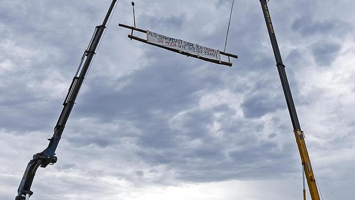 Mittels zweier Kräne simulierten die Organisatoren des Aktionstages die Dimensionen der geplanten Juraleitung, wobei der Vergleich hinkt. Das Transparent hängt in 20 Metern Höhe, die Strommasten wären doppelt oder dreimal so hoch.