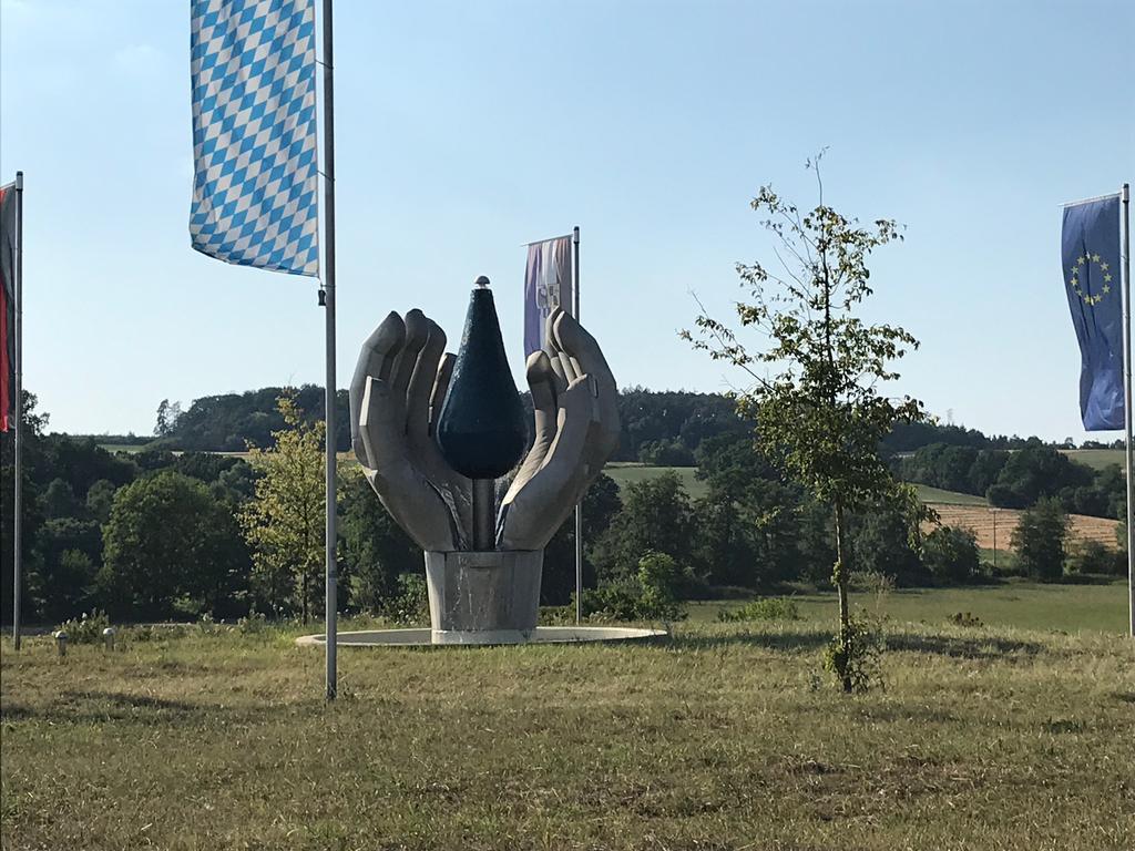 Kunstwerke Diespeck Kreisverkehr zwischen Diespeck und Neustadt an der Aisch Wasser Kunstbrunnen Hand Skulptur Bundestraße 470 Bundesstraße 8
