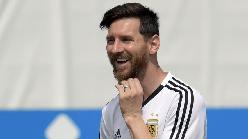 Lionel Messi zählt zu den erfolgreichsten Fußballern aller Zeiten. Adidas wollte schon immer eines seiner wichtigsten Gesichter lebenslang an sich binden - und das ist inzwischen auch gelungen. 2018 unterschrieb der argentinische Weltfußballer einen Millionen-Vertrag.