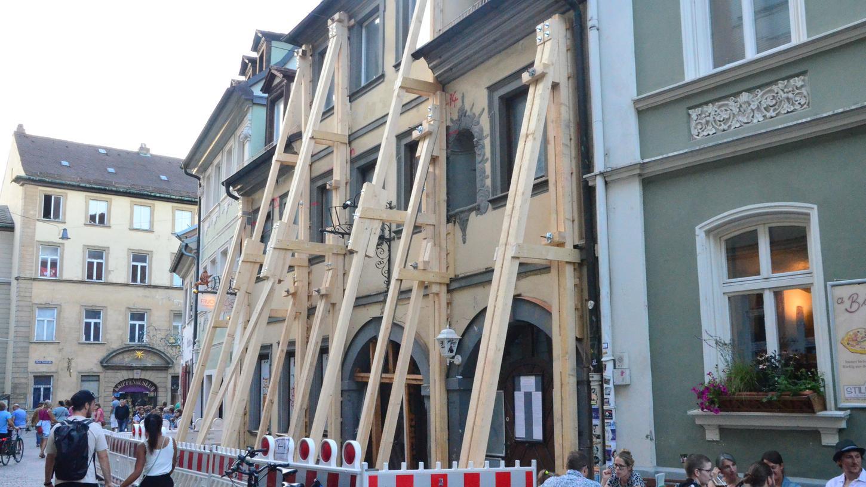 Erste Maßnahmen zur Gebäudesicherung sind bereits sichtbar.