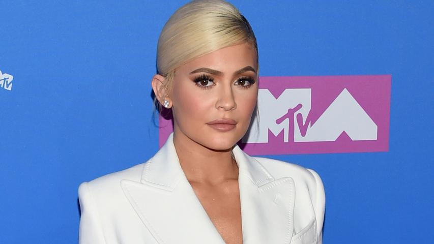 Der Wechsel von Reality-TV-Star Kylie Jenner zur Konkurrenz wird Jay-Z genau so wenig gefallen haben. Sie war bis vor kurzem noch Botschafterin bei Puma und verließ das Unternehmen für Adidas. Nicht verwunderlich, da schon eine familiäre Bindung zur Marke existiert. Ihre Schwester Kendall Jenner ist Adidas-Botschafterin und ihr Schwager, Kanye West, hat ebenso einen langfristigen Vertrag mit Adidas abgeschlossen.