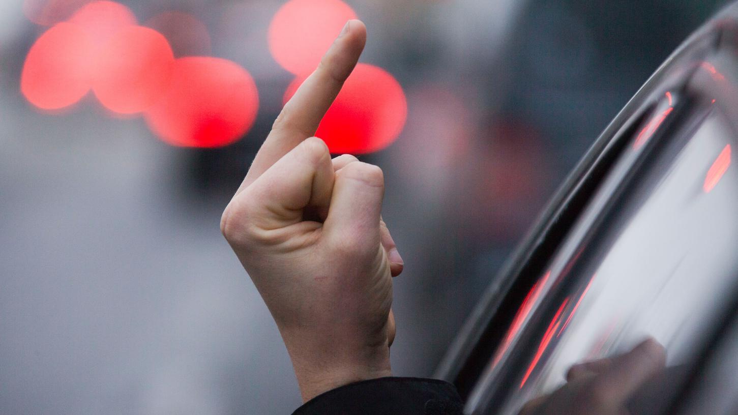 Ein 64-Jähriger zeigte Polizeibeamten den Mittelfinger.