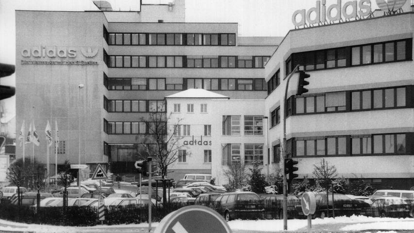 Im Jahr 1996 hatte der Vorstand darüber nachgedacht, den Standort des Hauptquartiers von Herzogenaurach weg zu verlegen. Im Jahr darauf fiel dann aber der Entschluss: Adidas sollte in Herzogenaurach bleiben – und der Bau der