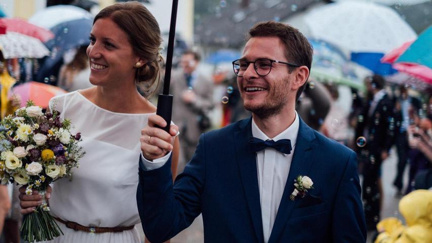 Anna Aurbach und  Benedikt Jordan aus Neumarkt haben sich in der Kirche Mariä Himmelfahrt in Simbach das Ja-Wort gegeben. Neben den Familienangehörigen kamen viele Freunde und Bekannte aus Nah und Fern in das kleine Dorf im Laabertal, um dem frisch vermählten Paar zu gratulieren und im Stadel der Brauteltern die Hochzeit zu feiern. Die 30-jährige Braut ist Lehrerin an der Maria-Ward-Realschule in Eichstätt, der 30-jährige Bräutigam ist als Zahnarzt in der Neumarkter Familienzahnarztpraxis tätig. Das Brautpaar hat sich in der Kollegstufe am Ostendorfer-Gymnasium im Jahr 2007 kennengelernt. Nach ihrer beruflichen Ausbildung in Regensburg, München, Rosenheim und Ingolstadt haben die beiden frisch Vermählten derzeit ihren Lebensmittelpunkt in Freystadt und freuen sich auf ihre gemeinsame Zukunft in ihrer alten Heimat.