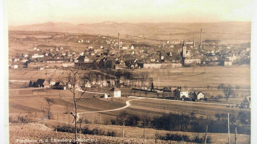 So wie auf diesem Bild sah der Blick vom Weingartssteig auf Forchheim im Jahr 1910 aus. Der alte Ziehbrunnen vor dem Rathaus, frühere Geschäfte und kleine Straßen: Forchheim und seine Innenstadt hat sich über die Jahrzehnte ganz schön verändert. Wir haben uns auf die Suche nach historischen Ansichten gemacht und Bilder aus den Jahren 1903 bis 1952 gesammelt.