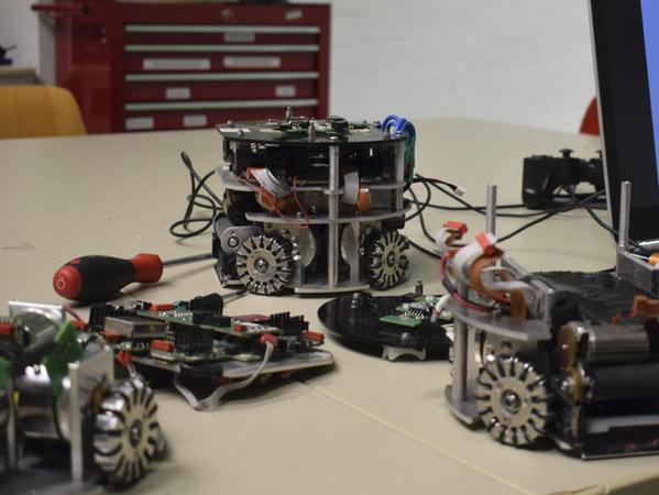 """Oben ohne: Die 'Fußballer' des """"Robotics e.V. Erlangen"""" haben's in sich. Ein modularer Aufbau ermöglicht den raschen Austausch der jeweiligen Teile."""