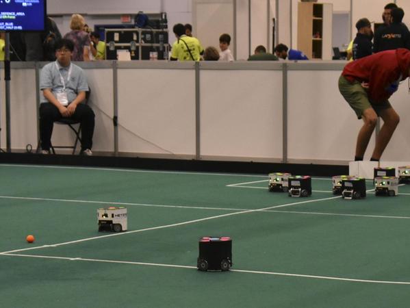 Spannung pur: Bei der Roboterfußball-Weltmeisterschaft in Sydney sicherte sich Erlangen im Juli Platz zwei hinter China.