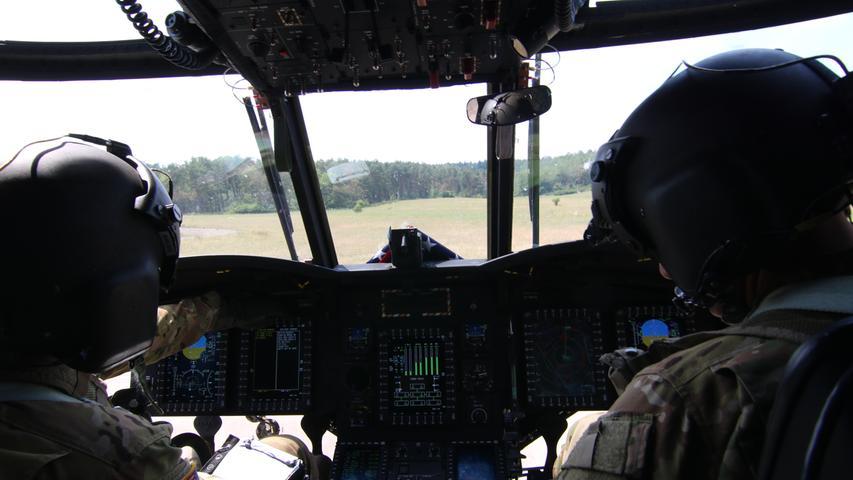 Im Cockpit des Chinook : links Pilot Jason Andersen , rechts Oberst Kenneth Cole
